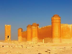 castillo omayyad: entrada principal y paredes con mynaret